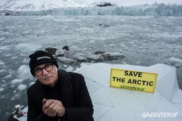 Людовико Эйнауди (Ludovico Einaudi) на Северном Ледовитом океане в поддержкузащиты Арктики